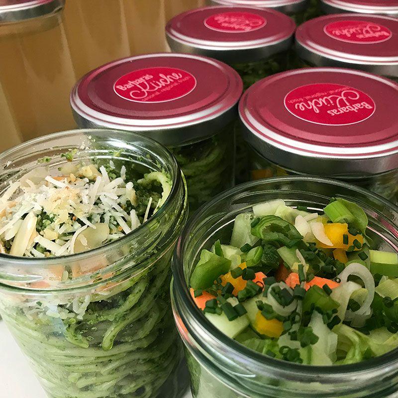 Essen in Gläser Spaghetti und Salat