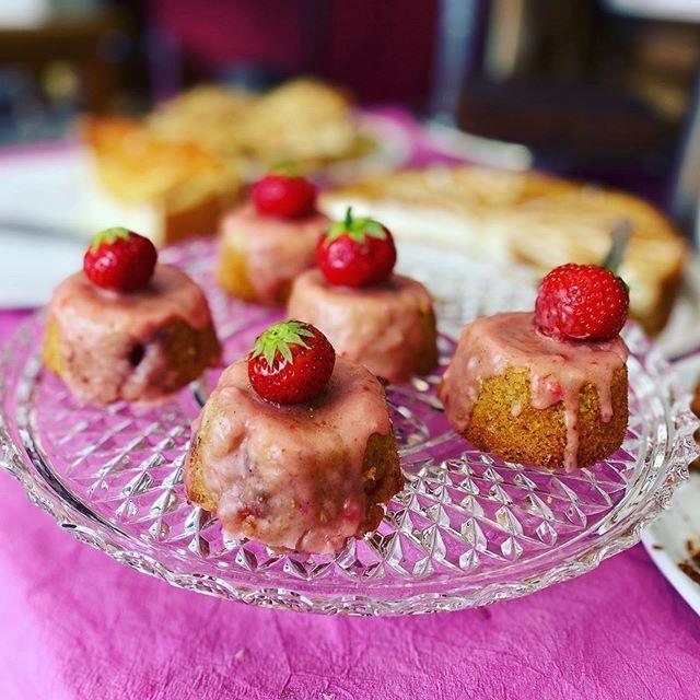 Süße Törtchen toll dekoriert auf dem Catering Buffet