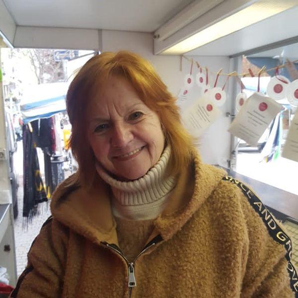 Birgit verkauft auf dem Markt am Breslauerplatz