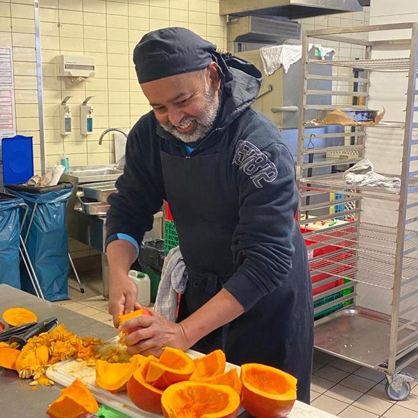 Bala beim Kürbis schneiden in der berliner Küche