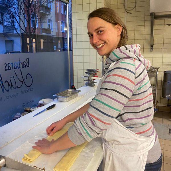 Lisa bearbeitet in der Küche einen Maultaschen Teig
