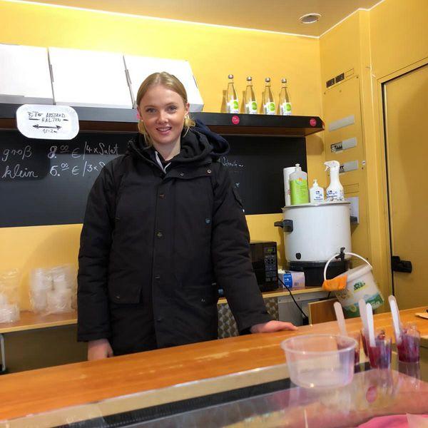 Neele unterstützt Barbaras Team im Verkauf auf dem Markt