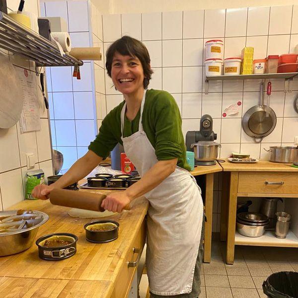 Tatjana in der Küche beim Backen